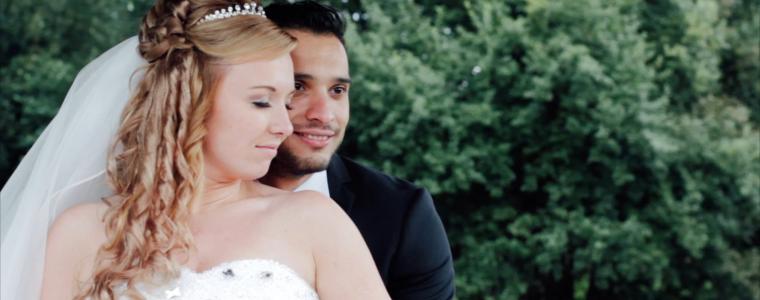 Die Braut lehnt sich mit geschlossenen Augen an ihren Bräutigam